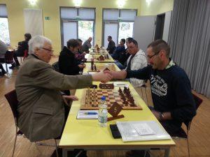 Gutes Spiel! Fritz Daubitz und Georg Diekhans reichen sich die Hände
